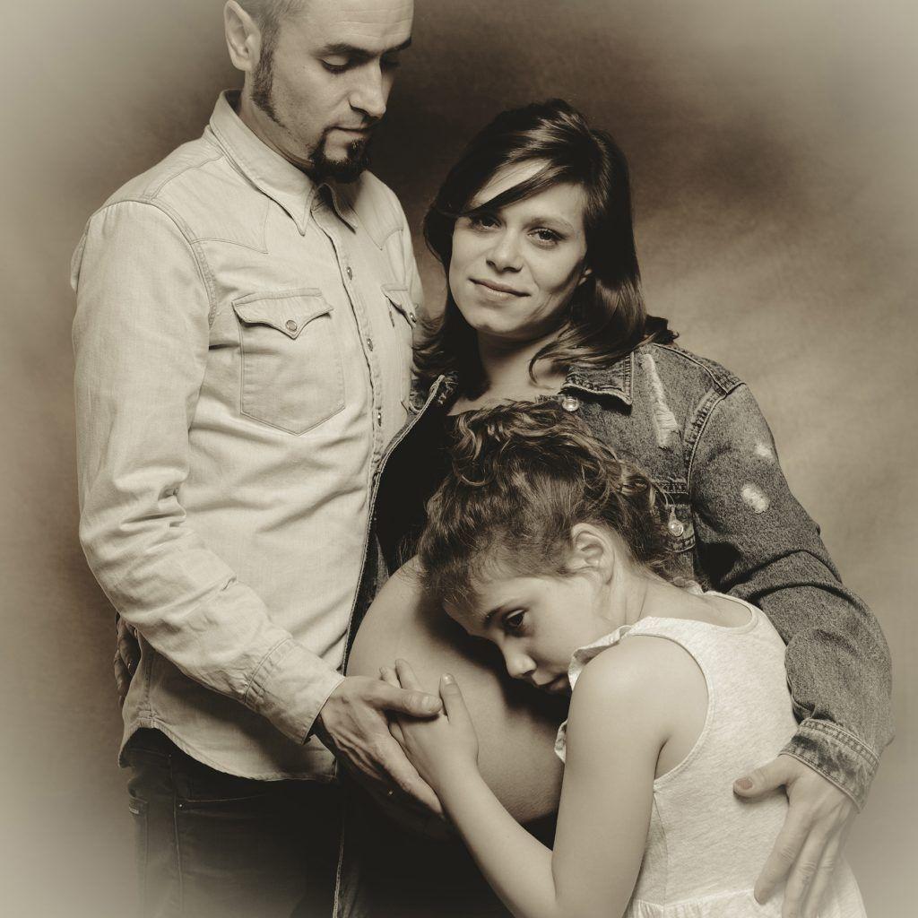 Sesión de fotografías de estudio de embarazo